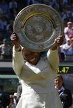 <p>Serena Williams comemora seu terceiro troféu do torneio de simples de Wimbledon, em Londres. REUTERS/Eddie Keogh</p>