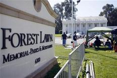 <p>Miembros de los medios esperan afuera del cementerio Forest Lawn en Los Angeles, California, jul 5 2009. REUTERS/Joshua Lott (UNITED STATES)</p>