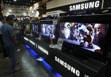<p>Samsung, numéro un mondial de la fabrication de mémoires informatiques et des téléviseurs à écran plat, anticipe des résultats bien supérieurs aux attentes au titre de son deuxième trimestre. Selon les analystes, ces prévisions reflètent avant tout la force de groupe sud-coréen sur son segment et il est trop tôt pour dire que le secteur est en voie de rémission. /Photo prise le 13 mars 2009/REUTERS/Vivek Prakash</p>