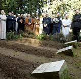 """<p>Les tombes des moines de Tibéhirine, près de Médéa en Algérie. De nouvelles dépositions font penser que les sept moines français assassinés en Algérie en 1996 ont été victimes non pas des islamistes mais d'une """"bavure"""" de l'armée algérienne. /Photo d'archives/REUTERS/Larbi Louafi</p>"""