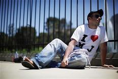 <p>Un fan di Michael Jackson seduto fuori dal Forest Lawn Mortuary. REUTERS/Eric Thayer</p>