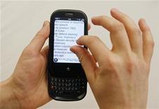 <p>Las filiales O2 y Movistar del grupo español Telefónica suscribieron contratos exclusivos para vender el nuevo teléfono inteligente Pre de Palm, considerado como el máximo rival del iPhone de Apple, en los mercados de Reino Unido, Irlanda, Alemania y España. REUTERS/Lucas Jackson</p>