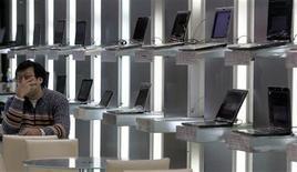 <p>Les dépenses mondiales dans les nouvelles technologies devraient chuter de 6% en 2009, prévoit le cabinet spécialisé Gartner, qui a revu à la baisse sa précédente estimation (-3,8%) en raison de la crise économique et des effets de change. /Photo prise le 12 janvier 2009/REUTERS/Pichi Chuang</p>
