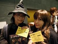 """<p>Seguidores de la serie de Harry Potter asisten disfrzadas al estreno del tercer filme de la franquicia """"Harry Potter y el Misterio del Príncipe"""" en Tokio, 6 jul 2009. El estreno de la nueva película de Harry Potter pone fin a una sequía de dos años para los fieles aficionados que llevan contando los días que faltan para que la cinta llegue a los cines el 15 de julio. REUTERS/Kim Kyung-Hoon</p>"""