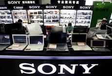 <p>Loja da Sony em Pequim expõe linha de notebooks. Empresa informou nesta terça-feira que planeja lançar um novo modelo de laptop da linha Vaio que será vendido por cerca de 60 mil ienes (629 dólares) em agosto, no Japão, ingressando no crescente mercado de netbooks.</p>