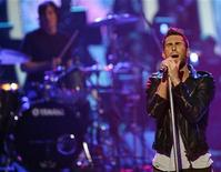 "<p>Lead singer Adam Levine performs with Maroon 5 at the ""Idol Gives Back"" show at the Kodak theatre in Hollywood, California April 6, 2008. REUTERS/Mario Anzuoni</p>"