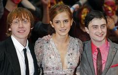 """<p>De izquierda a derecha:Rupert Grint, Emma Watson y Daniel Radcliffe a su llegada al estreno de """"Harry Potter y el Misterio del Príncipe"""" en Londres, 7 jul 2009. El estreno de la nueva película de Harry Potter pone fin a una sequía de dos años para los fieles aficionados que cuentan los días que faltan para que el filme llegue a los cines el 15 de julio. REUTERS/Luke MacGregor</p>"""