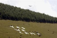 """<p>La protesta dei terremotati abruzzesi che hanno formato la scritta """"Yes We Camp"""" all'Aquila. REUTERS/Alessandro Bianchi (ITALY POLITICS)</p>"""