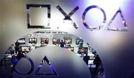 <p>Visitantes do estande da Sony na E3 jogam PlayStation 3. O presidente-executivo da companhia, Howard Stringer, minimizou preocupações sobre o preço alto do console e afirmou que a companhia não deverá vender partes de seus negócios por causa da crise econômica.</p>