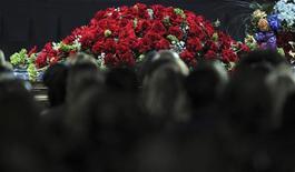 <p>Público em frente ao caixão de Jackson, coberto de rosas, durante a cerimônia desta terça-feira em Los Angeles. REUTERS/Gabriel Bouys/Pool</p>