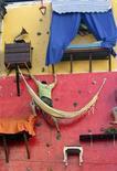 <p>Brazilian artist Tiago Primo scales a wall in Rio de Janeiro July 8, 2009. REUTERS/Bruno Domingos</p>