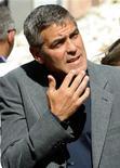 <p>O ator George Clooney fez uma visita nesta quinta-feira à cidade italiana de L'Aquila, devastada por um terremoto este ano, e disse que em setembro fará um filme na cidade, para reforçar a economia da região. REUTERS/Daniele La Monaca (ITALY POLITICS ENTERTAINMENT DISASTER)</p>