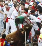 """<p>Il toro da combattimento """"Capuchino"""" incorna un corridore durante il festival di San Fermin a Pamplona REUTERS/Susana Vera</p>"""