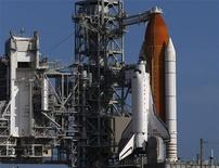 <p>Lo shuttle Endeavor sulla rampa di lancio al Kennedy Space Center di Cape Canaveral. REUTERS/Scott Audette</p>
