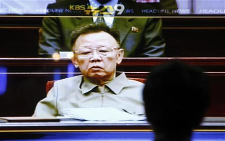 A man watches a television news broadcast about North Korean leader Kim Jong-il at the Seoul railway station July 8, 2009. REUTERS/Jo Yong-Hak