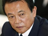 <p>Премьер-министр Японии Таро Асо на встрече с членами кабинета министров и лидерами коалиции в своей резиденции в Токио 13 июля 2009 года. Стремительно теряющий популярность премьер-министр Японии Таро Асо собирается назначить всеобщие выборы на 30 августа, сообщил журналистам представитель правящей Либерально- демократической партии (LDP). REUTERS/Issei Kato</p>