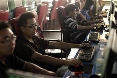 <p>Clientes usan computadores en un cibercafé en el centro de Shanghái, 1 jul 2009. China ha prohibido la terapia de electroshock como tratamiento para la adicción a internet, alegando que no está claro que sea seguro y efectivo en la práctica, tras las críticas recibidas por los medios locales. El anuncio del Ministerio de Salud se produce después de reportes de prensa señalando que un polémico psiquiatra en Linyi, la provincia de Shandong, había sometido a casi 3.000 adolescentes a descargas eléctricas para eliminar su supuesta adicción a internet. REUTERS/ Nir Elias</p>