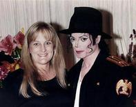 <p>Michael Jackson and ex-wife Debbie Rowe pose for a wedding photo minutes after their wedding ceremony in California in this November 14, 1996 file photo. REUTERS/Handout/Files</p>