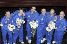 <p>Участники проекта, имитирующего полет на Марс, позируют для фотографов после завершения эксперимента в Москве 14 июля 2009 года. Четверо россиян, француз и немец во вторник вышли на свет из тесной капсулы в московском институте, где провели три с половиной месяца в попытке доказать способность человека перенести полуторагодовой полет на Марс. REUTERS/Alexander Natruskin</p>