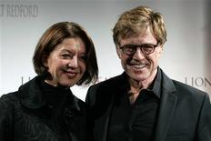 <p>Foto de arquivo do ator e diretor Robert Redford com sua namorada Sibylle Szaggars em Paris. 25/10/2007. REUTERS/Benoit Tessier</p>