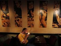 <p>A Turkish man smokes in a bar in Istanbul July 14, 2009. REUTERS/Murad Sezer</p>