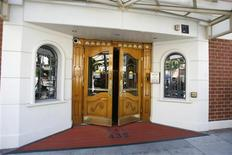 <p>La entrada de la oficina del médico Arnold Klein en Beverly Hills, EEUU, 14 jul 2009. El fiscal general de California dijo el miércoles que su oficina ha procesado decenas de nombres de médicos en su base de datos de prescripción de medicamentos para ayudar a la policía a investigar la muerte de Michael Jackson. REUTERS/Mario Anzuoni</p>