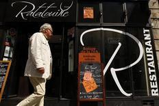 """<p>Мужчина проходит мимо ресторана """"Ratatouille"""" в Париже 23 июня 2009 года. Франция разрешила магазинам в туристических зонах и особых торговых районах городов работать по воскресеньям, согласно закону, который был предложен президентом и одобрен парламентом страны. REUTERS/Benoit Tessier</p>"""