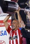 <p>Meio-campista argentino Juan Sebastián Verón, do Estudiantes de La Plata, levanta o troféu na Copa Libertadores em Belo Horizonte. 15/07/2009. REUTERS/Washington Alves</p>