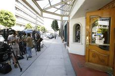 <p>Members of the media gather outside the entrance to the offices of Dr. Arnold Klein in Beverly Hills, July 14, 2009. REUTERS/Mario Anzuoni</p>