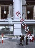 """<p>Полиция у здания отеля Ritz-Carlton в Джакарте 17 июля 2009 года. Чемпион Англии по футболу """"Манчестер Юнайтед"""" отменил запланированный визит в Джакарту после того, как в столице Индонезии в пятницу прогремели несколько взрывов, в том числе в гостинице, где планировала остановиться команда с Туманного Альбиона. REUTERS/Stringer</p>"""
