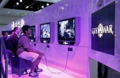 """<p>Un ragazzo prova a giocare con """"God Of War"""" durante l'Electronic Entertainment Expo di Los Angeles. REUTERS/Danny Moloshok (UNITED STATES SCI TECH BUSINESS)</p>"""
