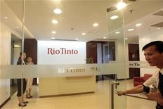 <p>Сотрудники Rio Tinto Limited Shanghai Representative Office в Шанхае 8 июля 2009 года. Обвинения сотрудников горнодобывающей компании Rio Tinto, задержанных в Китае, в подкупе руководства китайских сталелитейных компаний совершенно безосновательны, заявила компания в пятницу. REUTERS/Aly Song</p>