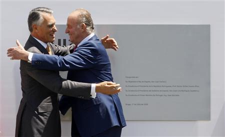 Portugal's President Anibal Cavaco Silva (L) and Spain's King Juan Carlos congratulated each other after the inauguration of the International Nanotechnology Laboratory in Braga on the north of Portugal July 17, 2009. REUTERS/Jose Manuel Ribeiro