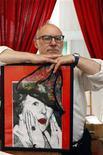 """<p>El artista belga Jan Bucquoy muestra una imagen de Margaret Thatcher en el Museo del Calzoncillo en Bruselas, 17 jul 2009. El artista belga Jan Bucquoy dijo que el calzoncillo enmarcado representa la añoranza utópica por una sociedad igualitaria. """"Si hubiera retratado a Hitler en su ropa interior, la guerra no hubiese ocurrido. Yo creo que en esta manera se puede contribuir a un mundo mejor"""", dijo Bucquoy a Reuters el viernes. REUTERS/Thierry Roge</p>"""