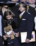 <p>La Toya Jackson (a sinistra) accanto ai figli del fratello Michael: Paris Jackson, Prince Michael Jackson I e Prince Michael Jackson II. REUTERS/Mark J. Terrill/Pool</p>