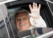 <p>Il Papa all'uscita dall'ospedale di Aosta. REUTERS/Alessandro Garofalo (ITALY RELIGION HEALTH)</p>