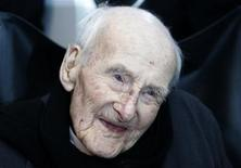 <p>Britain's oldest man, Henry Allingham, smiles during his 113th birthday party at HMS President, in London June 6, 2009. REUTERS/Luke MacGregor</p>
