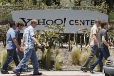 <p>Delle persone camminano davanti agli uffici di Yahoo! a Santa Monica. REUTERS/Lucy Nicholson</p>