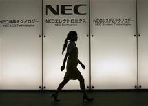<p>Le fabricant japonais d'équipements télécoms NEC Corp, déficitaire, envisage de lever environ 2,1 milliards dollars, selon une source proche du dossier. /Photo prise le 2 juillet 2009/REUTERS/Michael Caronna</p>
