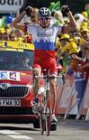 <p>Il russo Serguei Ivanov alza le braccia in segno di vittoria all'arrivo della 14esima tappa del Tour de France, a Besancon. REUTERS/Bogdan Cristel</p>