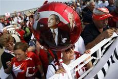 <p>Демонстранты держат портреты основателя светского государства ТУрции Кемаля Ататюрка на митинге у тюрьмы Силиври, где идет суд над загововрщиками 20 июля 2009 года. Пятьдесят шесть человек, среди которых два генерала в отставке, предстали в понедельник перед турецким судом по обвинению в организации заговора, целью которого было свержение правительства Тайипа Эрдогана. REUTERS/Murad Sezer</p>
