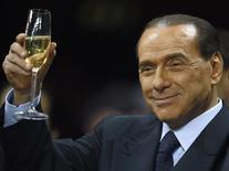 """<p>Итальянский премьер-министр Сильвио Берлускони держит бокал вина на стадионе """"Сан Сиро"""" в Милане 28 сентября 2008 года. Милан станет первым итальянским городом, где с понедельника молодежи до 16 лет будет запрещено употреблять алкогольные напитки, а по словам премьер-министра Сильвио Берлускони, он постарается ввести запрет во всей стране. REUTERS/Stefano Rellandini</p>"""