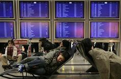 <p>Спящие путешественники в ожидании вылета в аэропорте Франкфурта-на-Майне 5 марта 2008 года. Если в процессе путешествия вам хочется иметь возможность отдохнуть за небольшие деньги или хотя бы слегка прикорнуть, любой ценой избегайте парижский аэропорт Шарль де Голль, и обязательно испытайте удобные кресла в сингапурском Чанги, показали результаты исследования, определившего 10 лучших и худших аэропортов мира, способных предоставить путешественникам возможности для комфортного сна. REUTERS/Kai Pfaffenbach(GERMANY)</p>