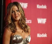"<p>La actriz Jennifer Aniston posa en los premios ""Women in Film 2009 Crystal and Lucy"" en Century City, California, 12 jun 2009. La productora Screen Gems y la actriz Jennifer Aniston se unirán para contar una historia sobre las prolongadas tensiones raciales en el sur de Estados Unidos. La compañía adquirió ""Holler"" (también conocida como ""Mutt""), escrita por Dana Adam Shapiro, codirectora del documental nominado al premio Oscar ""Murderball"". REUTERS/Mario Anzuoni</p>"