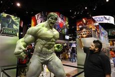 <p>Foto de archivo de un asistente tomando una fotografía del personaje Hulk durante la Comic-Con en San Diego, EEUU, 23 jul 2008. Miles de fanáticos de la cultura pop asistirán esta semana a la Comic-Con en San Diego, evento que en los últimos años ha dejado de ser una reunión de los lectores de cómics para convertirse en una exposición de películas de Hollywood. REUTERS/Mike Blake/Files</p>