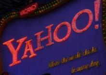 <p>Foto de archivo del logo de Yahoo! en Times Square, EEUU, 18 nov 2008. El grupo de medios de internet Yahoo Inc informó que los ingresos por publicidad cayeron y proyectó un flujo de efectivo operativo menor al esperado para el actual trimestre, lo que provocaba una caída de más del 2 por ciento de sus acciones. REUTERS/Brendan McDermid</p>