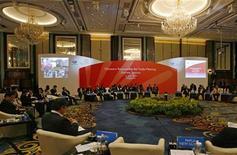 <p>Министры торговли стран организации Азиатско- Тихоокеанского экономического сотрудничества на саммите в Сингапуре 21 июля 2009 года.Участники организации Азиатско- Тихоокеанского экономического сотрудничества (АТЭС) в среду договорились избегать протекционизма, чтобы не мешать восстановлению мировой экономики, даже если подобные меры не противоречат правилам Всемирной торговой организации (ВТО), и опубликовали соответствующую декларацию. REUTERS/Tim Chong</p>
