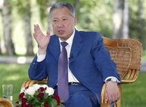 <p>Президент Киргизии Курманбек Бакиев дает интервью Рейтер в своей резиденции Ала-Арча под Бишкеком 20 июля 2009 года. Киргизия, где сошлись геополитические интересы России и США, проводит в четверг президентские выборы, которые, как предрекают наблюдатели, принесут действующему президенту Курманбеку Бакиеву предсказуемую победу, однако могут вызвать недовольство немногочисленной оппозиции. REUTERS/Vladimir Pirogov</p>