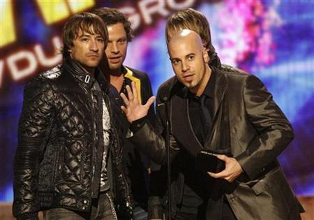 Daughtry lead singer Chris Daughtry (R) and other band members speak after winning the award for favorite rock/pop band, duo or group at the 2008 American Music Awards in Los Angeles November 23, 2008. REUTERS/Mario Anzuoni