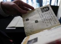 <p>Foto de archivo del ministro de Eduación de Holanda, Ronald Plasterk, con un ejemplar del diario de Anna Frank durante una conferencia de prensa en Amsterdam, 11 jun 2009. Una cabaña en la que Ana Frank fue obligada a trabajar antes de que la enviaran a un campo de concentración alemán fue destruida en un incendio, señaló el miércoles la policía holandesa. REUTERS/Cris Toala Olivares</p>